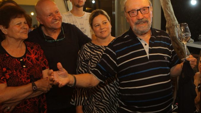מימי הנרגש מודה לחברים שנאספו לחגוג איתו. משמאל רעייתו אביבה שאיתו כל השנים. צילום דוד סילברמן dpsimages