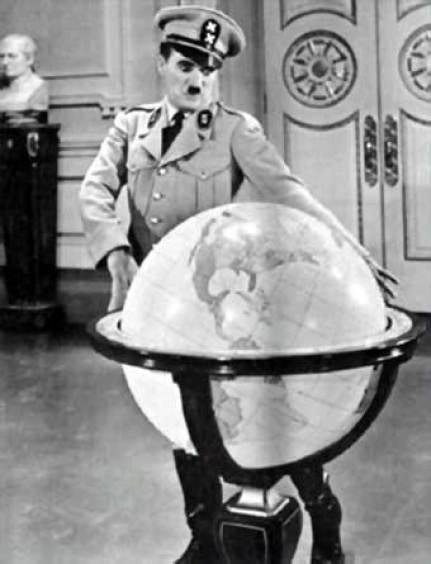 Con un doble personaje en lo que fue una parodia de el personaje de Hitler: El gran dictador