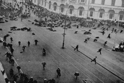 Incapaz de controlar el volcado de los manifestanes hacia las calles el Zar decidió abdicar