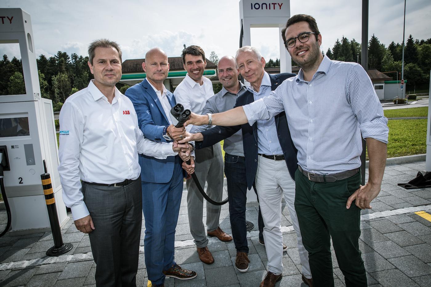 Remo Lütolf (CEO ABB Schweiz), Markus Brokhof (Geschäftsleitungsmitglied Alpiq), Marcel Mayer (stellvertretender Geschäftsführer Alpiq E-Mobility), Thomas Lohmann (Geschäftsleitung Luzerner Raststätte), Franz Wüest (Verwaltungsratspräsident Luzerner Raststätte) und Christian Zeh (Head of DACH & CEE Ionity, von links nach rechts). (Philippe Rossier)