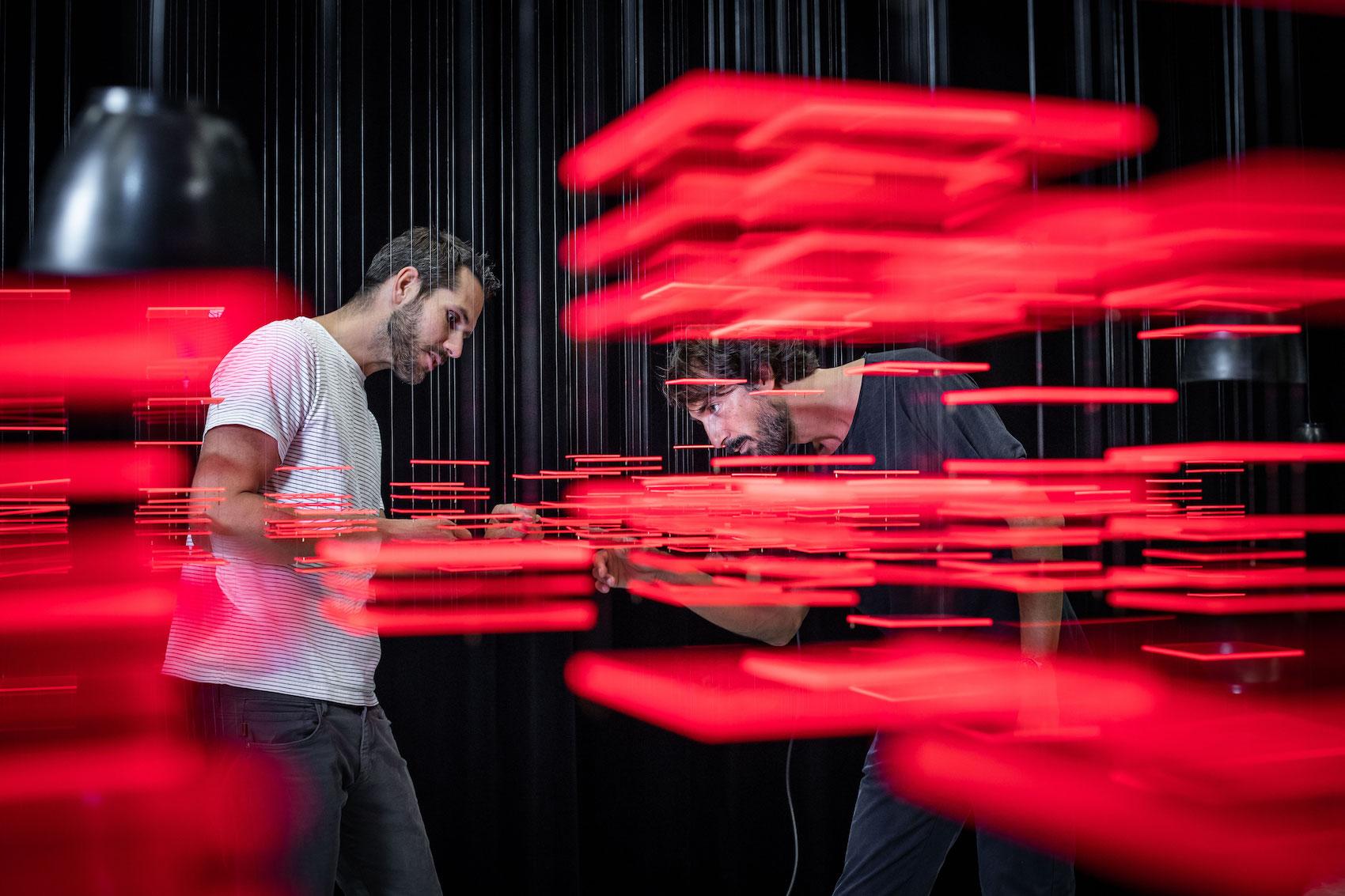Florian Teuteberg (à g.) et Caspar Coppetti dans l'installation«Explorative Spatial Analysis» (2018) de l'artiste Nadine Prigann,à la Haute école d'art de Zurich (ZHdK).