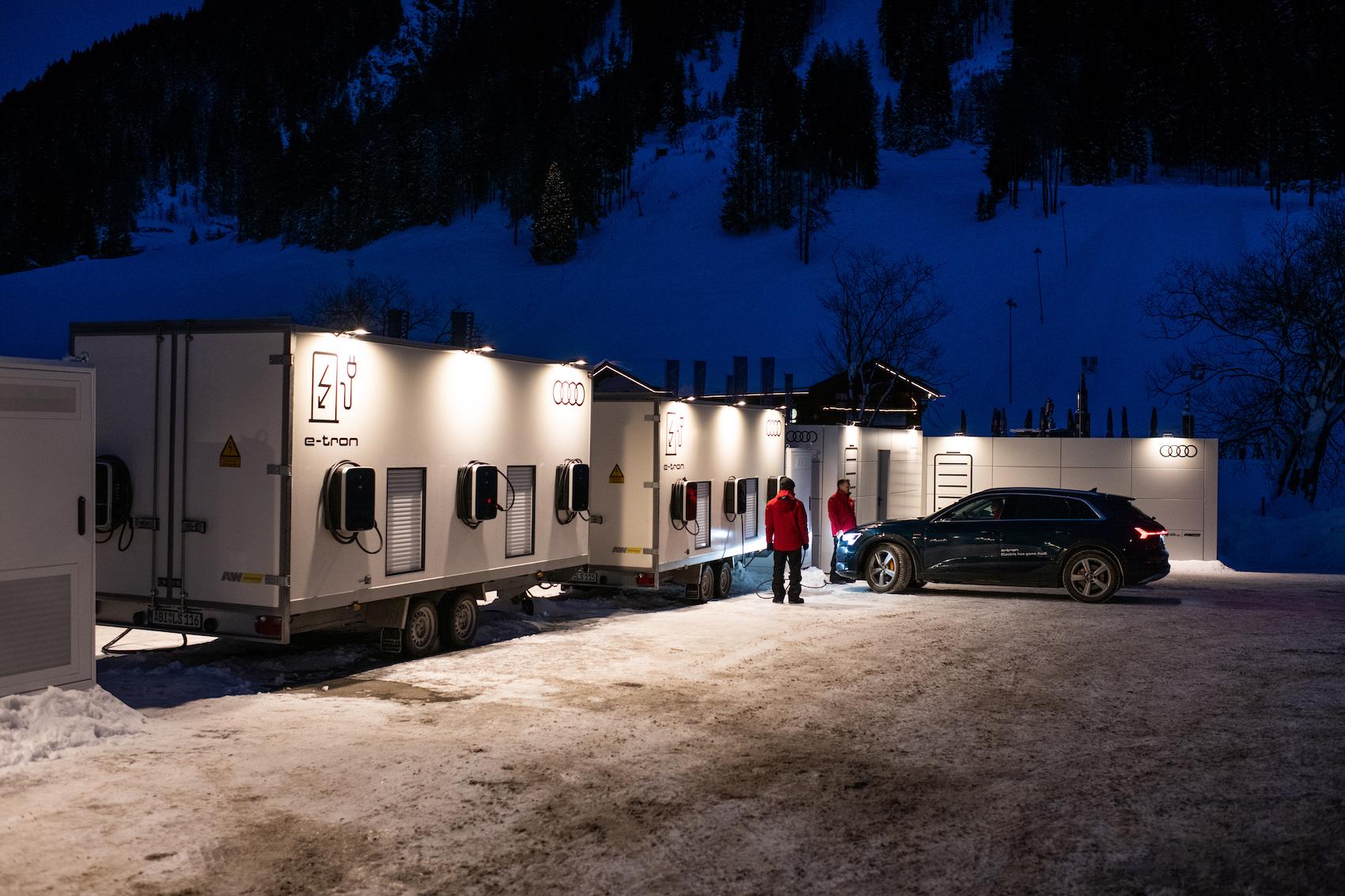 Les Audi font le plein de courant à la base de recharge installée près de la station inférieure du téléphérique Jakobshornbahn de Davos. (Photo: Adrian Bretscher)