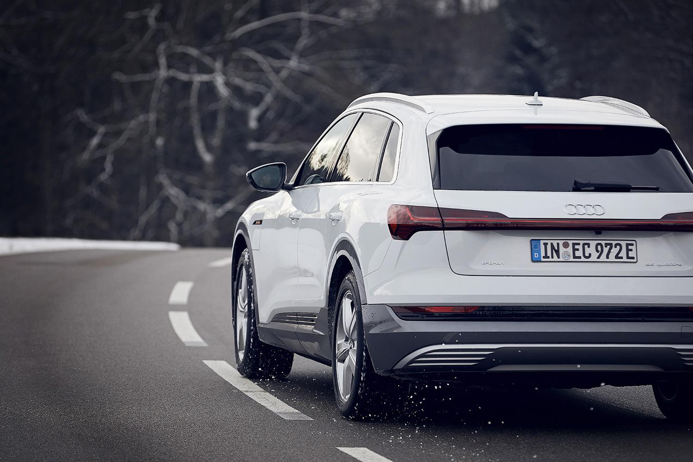 «Volles Drehmoment vom ersten Meter an»: Caspar Coppetti testet den Boost-Modus des Audi e-tron. (Foto: Filip Zuan)