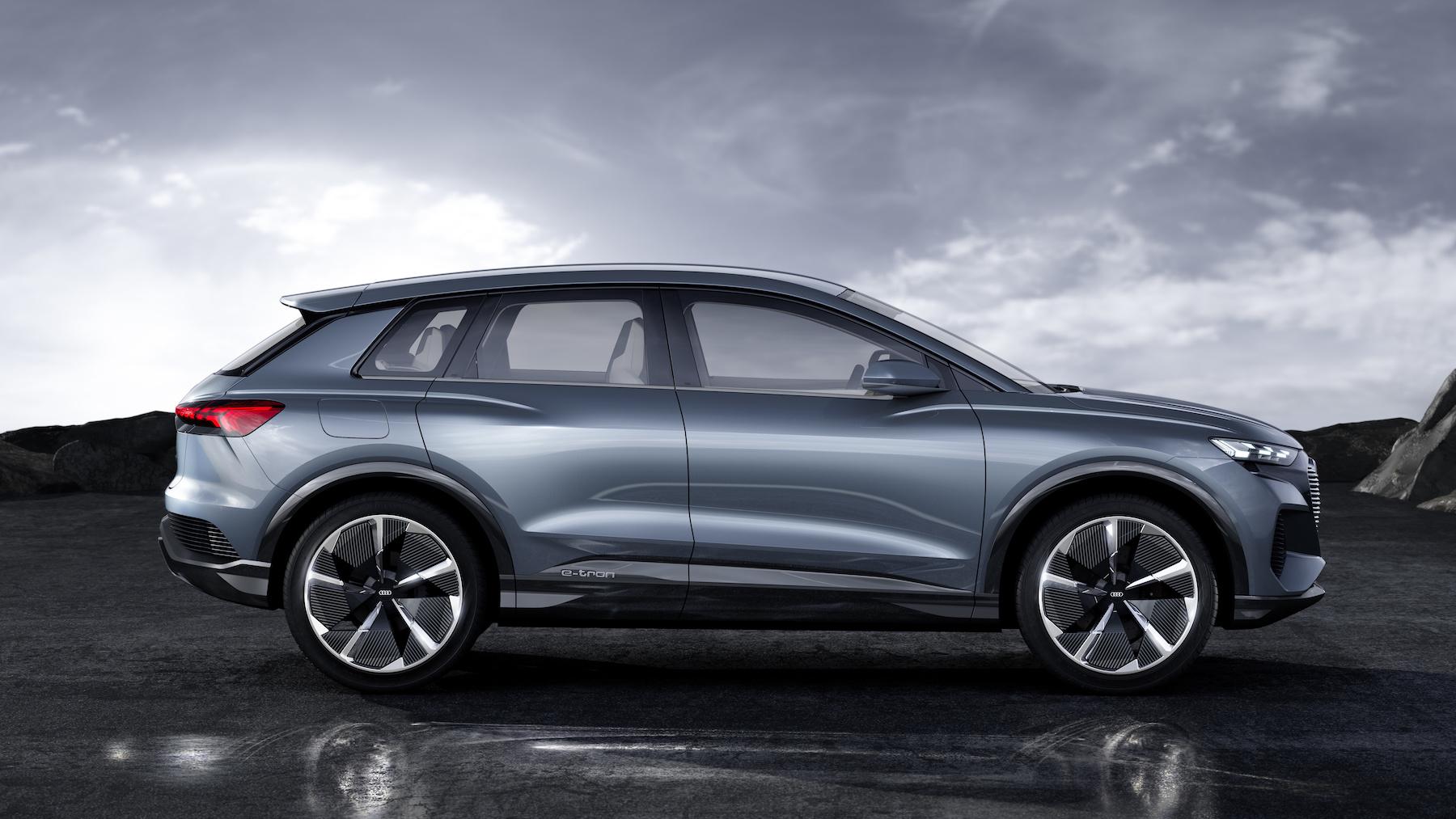 Parafanghi pronunciati e linea sportiva del tetto conferiscono all'Audi Q4 e-tron concept un look dinamico. (AUDI)