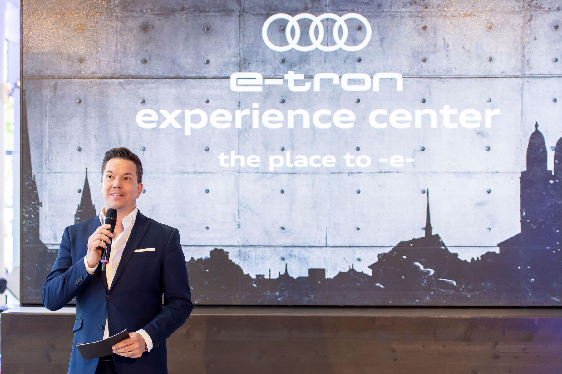 L'animateur Sven Epiney lors de l'ouverture de l'e-tron experience center. (Tom Lüthi)