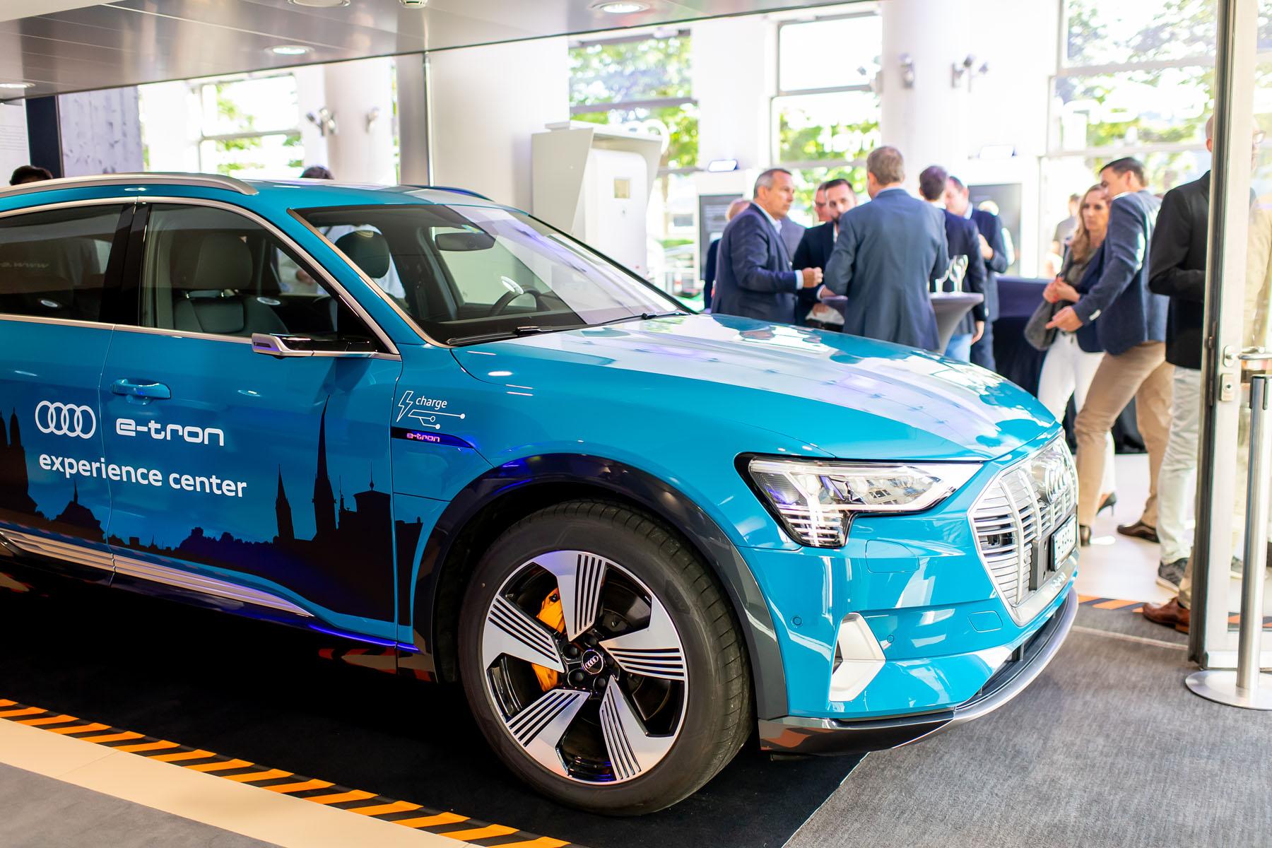 Un Audi e-tron est stationné à l'Utoquai. (Tom Lüthi)