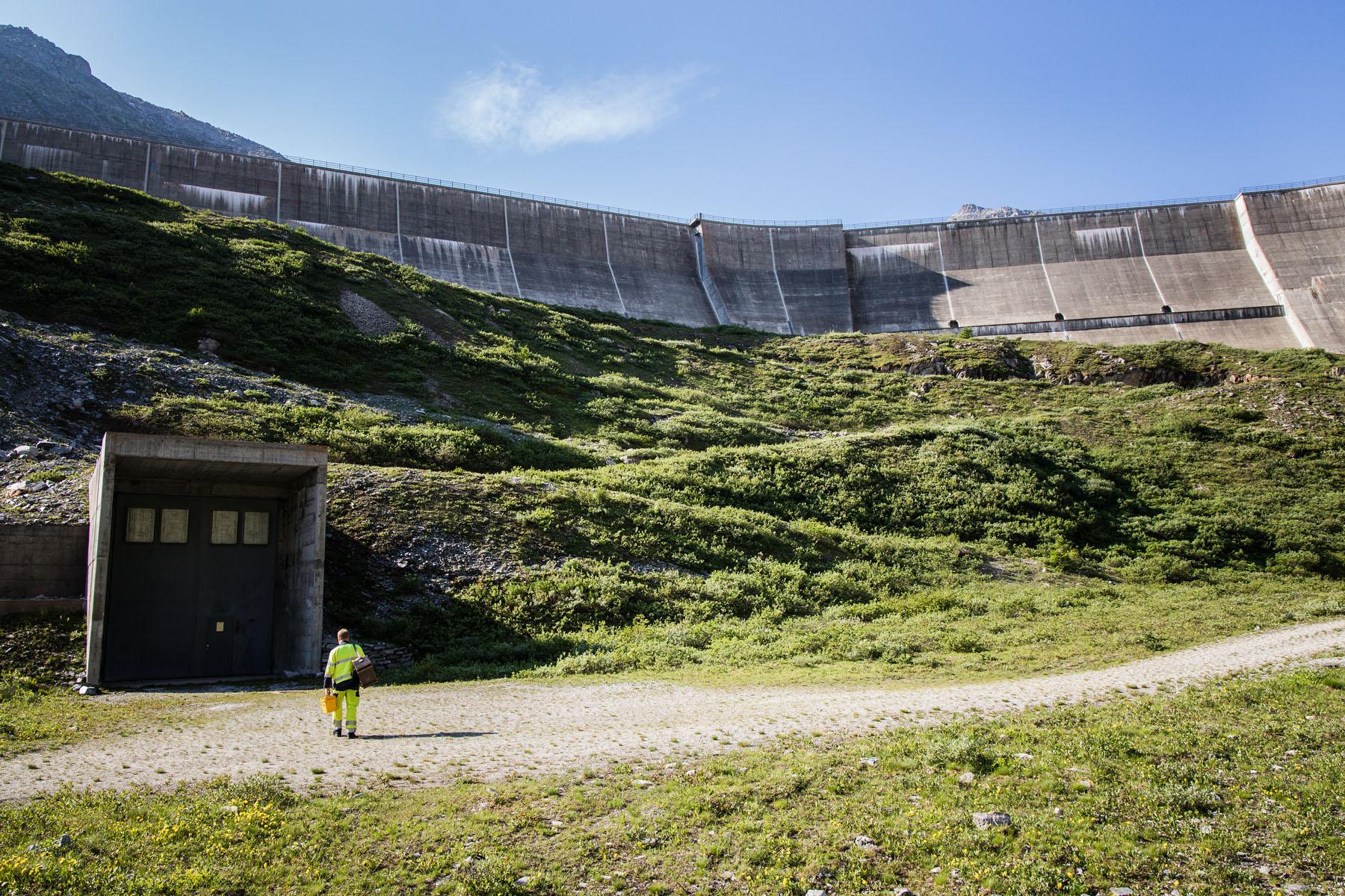 Andi Schläppi, technicien des KWO, devant l'entrée dans le barrage du lac de l'Oberaar.