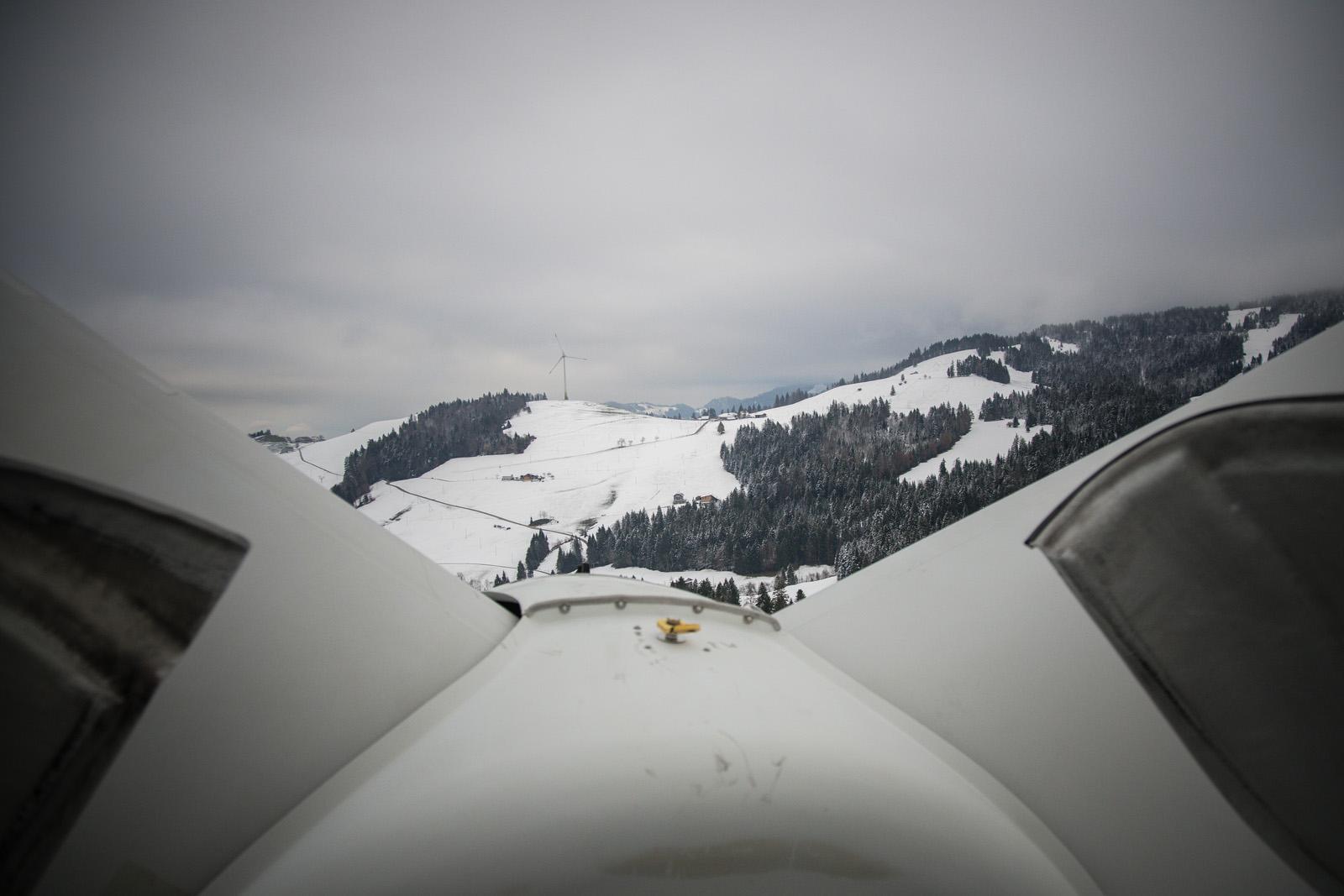 Il panorama nebbioso tra una turbina eolica e l'altra.