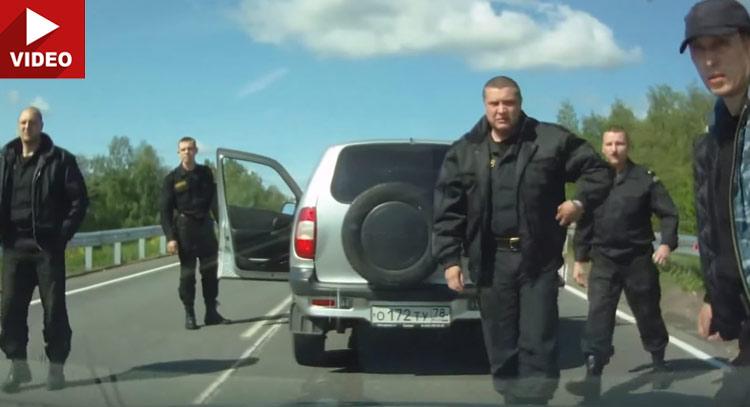 Те тръгнаха да го бият, но не знаеха кой е вътре в колата! (видео)