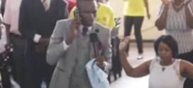 ВИДЕО на пастор, който звъни по телефона на Господ взриви интернет! Виж го и сам прецени!