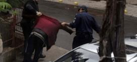 Родната полиция ни пази! Вижте как полицаи се изгавриха с пиян човек!