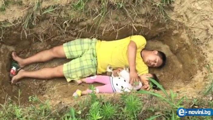 Баща изкопа гроб на болната си дъщеря и я води там да си играе - причината ще ви смрази кръвта!