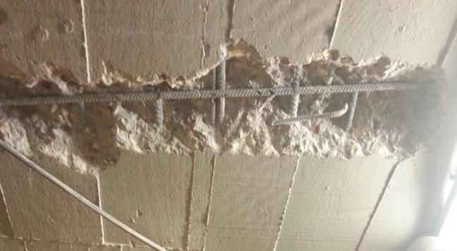 Fisuras por punzonamiento en una losa de hormigón