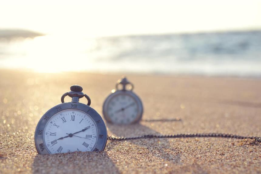 clock-on-beach
