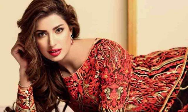 Mehwish Hayat dedicates her award to all the girls of Pakistan with big dreams