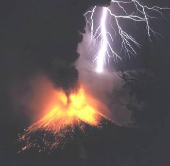 lightning_strikes_volcano_Rinjani_1994
