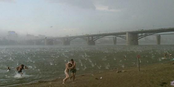 Πρωτοφανής χαλαζόπτωση σε παραλία της Ρωσίας που διέκοψε μία ζεστή, για τα δεδομένα της χώρας, καλοκαιρινή μέρα. Nikita Dudnik, Novosibirsk, Ρωσία, 12 Ιουλίου 2014