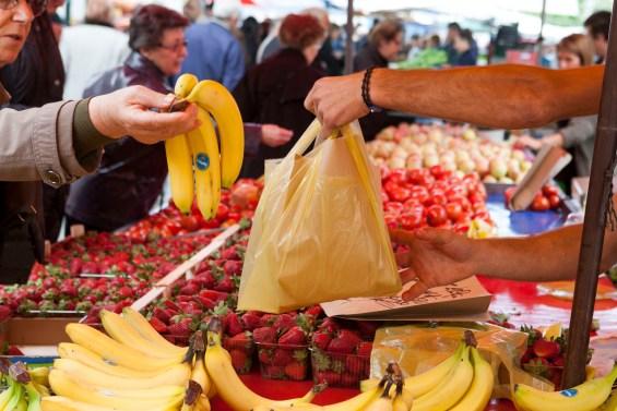 Πολίτες ψωνίζουν φρούτα και λαχανικά σε λαϊκή αγορά, στη Θεσσαλονίκη, την Τετάρτη 7 Μαΐου 2014. Κανονικά λειτουργούν οι λαϊκές στη Θεσσαλονίκη μετά την αναστολή της απεργίας διαρκείας που είχαν κηρύξει οι Ομοσπονδίες των Λαϊκών Αγορών.  ΑΠΕ ΜΠΕ/PIXEL/ΣΩΤΗΡΗΣ ΜΠΑΡΜΠΑΡΟΥΣΗΣ