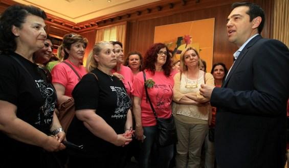 Ο πρωθυπουργός Αλέξης Τσίπρας μιλάει με τις αγωνιζόμενες καθαρίστριες του Υπουργείου Οικονομικών κατά την συνάντησή τους στο Μέγαρο Μαξίμου, Αθήνα, την Πέμπτη 7 Μαϊου 2015. ΑΠΕ-ΜΠΕ/ΑΠΕ-ΜΠΕ/ΣΥΜΕΛΑ ΠΑΝΤΖΑΡΤΖΗ