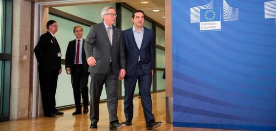 (Ξένη Δημοσίευση) Ο πρόεδρος της Ευρωπαϊκής Επιτροπής Ζαν Κλοντ Γιούνκερ (A) υποδέχεται τον πρωθυπουργό Αλέξη Τσίπρα (Δ) λίγο πριν την συνάντηση που είχαν στις Βρυξέλλες, την Τετάρτη 3 Ιουνίου 2015. Ο πρωθυπουργός αποδέχθηκε την πρόσκληση από τον πρόεδρο της Ευρωπαϊκής Επιτροπής, να μεταβεί στις Βρυξέλλες προκειμένου να συζητήσει πάνω στην πρόταση της ελληνικής κυβέρνησης. ΑΠΕ-ΜΠΕ/ΓΡΑΦΕΙΟ ΤΥΠΟΥ ΠΡΩΘΥΠΟΥΡΓΟΥ/Andrea Bonetti