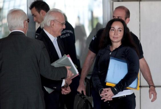 Ο Άκης Τσοχατζόπουλος  και η σύζυγος του Βίκυ Σταμάτη οδηγούνται στο Εφετείο Αθηνών στο Εφετείο Αθηνών προκειμένου να καταθέσει ως μάρτυρας στη δίκη του Άκη Τσοχατζόπουλου, για την υπόθεση του μαύρου πολιτικού χρήματος, Αθήνα, Τετάρτη 20 Μαίου 2015. Την κλήτευση των πρώην μελών του ΚΥΣΕΑ  Βάσω Παπανδρέουυ και Γιάννου Παπαντωνίου προκειμένου να καταθέσουν ως μάρτυρες, αποφάσισε το Πενταμελές Εφετείου όπου εκδικάζεται σε δεύτερο βαθμό η υπόθεση του μαύρου πολιτικού χρήματος με βασικό κατηγορούμενο τον Άκη Τσοχατζόπουλο. ΑΠΕ-ΜΠΕ/ΑΠΕ-ΜΠΕ/Παντελής Σαίτας