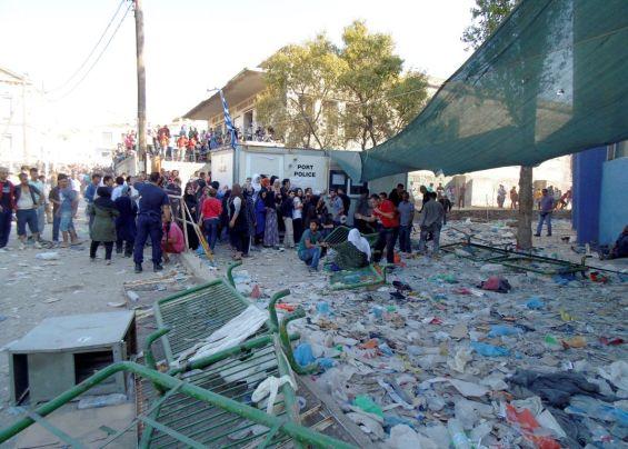 """Σκουπίδια πεταμένα στο λιμάνι της Μυτιλήνης, δίπλα στους μετανάστες και στους πρόσφυγες, την Παρασκευή 04 Σεπτεμβρίου 2015. Επεισόδια στο λιμάνι της Μυτιλήνης,  πραγματοποιήθηκαν όταν μετανάστες επιχείρησαν να μπουν στο πλοίο Blue Star 1,  άνδρες του Λιμενικού Σώματος και της αστυνομίας με χειροβομβίδες κρότου λάμψης και συνεχείς επεμβάσεις  προσπαθούν  από το πρωί να αντιμετωπισουν την εξέγερση χιλιάδων μεταναστών, ιδιαίτερα Αφγανών, που βρίσκονται εγκλωβισμένοι εδώ και μέρες στο λιμάνι της Μυτιλήνης. Στις 8 το πρωί αποφεύχθηκε την τελευταία στιγμή η κατάληψη του πλοίου Blue Star 1 από περίπου 1000 Αφγανούς, που αποπειράθηκαν να εισβάλουν φωνάζοντας """"Αθήνα- Αθήνα"""". Η κατάληψη αποφεύχθηκε όταν έκλεισαν οι καταπέλτες του πλοίου, αλλά την ίδια ώρα εκατοντάδες επιβάτες που επιβιβάζονταν σε αυτό εγκλωβίστηκαν ανάμεσα στους μετανάστες και στο πλοίο.  ΑΠΕ- ΜΠΕ/ ΑΠΕ-ΜΠΕ /ΣΤΡΑΤΗΣ ΜΠΑΛΑΣΚΑΣ"""