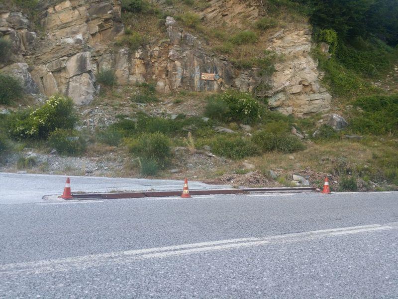 Η στροφή του δρόμου προς Πλιασίδι. Η σχάρα έχει κλαπεί και υπάρχει κίνδυνος το διερχόμενο όχημα να πέσει στον αύλακα…