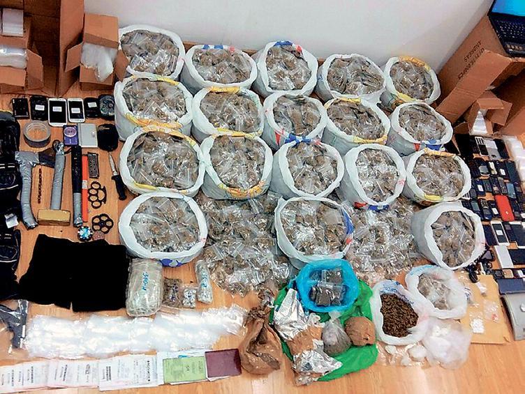 Κατά την έφοδο των αστυνομικών στα Εξάρχεια, μεταξύ άλλων, βρέθηκαν χρήματα και 155 γραμμάρια κοκαΐνης