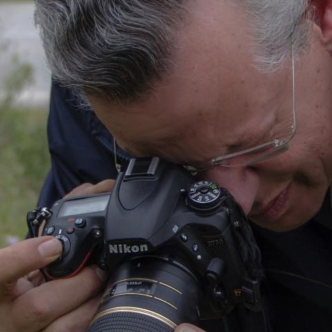 Ο Βαγγέλης Ξένος επί τω έργω με τη φωτογραφική μηχανή ανά χείρας