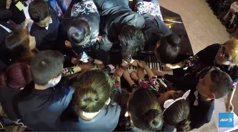 31ad5a9cc75 Νέο ρεκόρ Γκίνες: Είκοσι μαθητές παίζουν ταυτόχρονα ένα κομμάτι σε ένα  πιάνο!