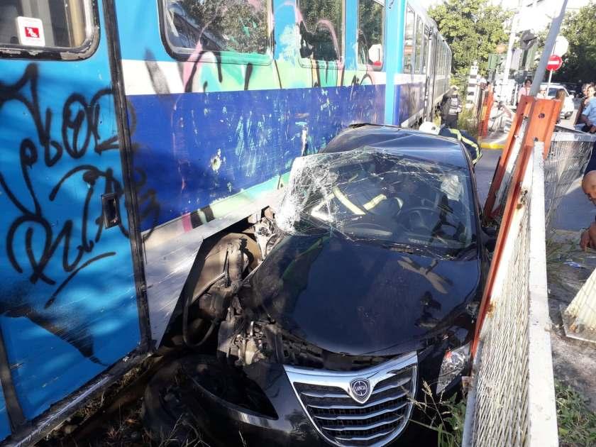 Τρένο συγκρούστηκε με ΙΧ στο Βόλο - Μία τραυματίας
