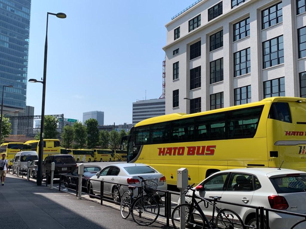 東京駅に並ぶはとバス