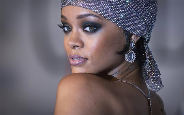 H Rihanna το παράκανε! Δες την άκρως αποκαλυπτική εμφάνισή της σε βραβεία