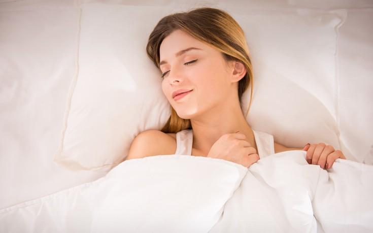 Τα 9 πράγματα που χρειάζεσαι στο κομοδίνο σου για καλύτερο ύπνο