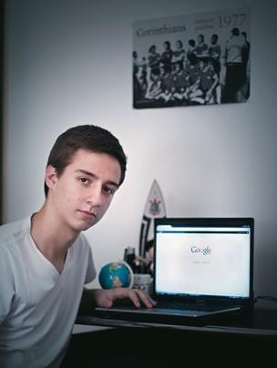 """BOM-SENSO Leonardo Castro usa o Google para fazer 80% de seus trabalhos. """"Dou preferência aos resultados da primeira página"""", diz (Foto: Camila Fontana/ÉPOCA)"""