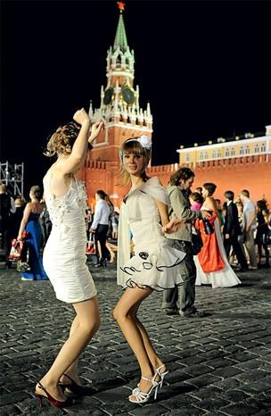 VIBRAÇÃO Garotas dançam na Praça Vermelha após uma festa de formatura escolar. No antigo Q.G. do império soviético, a atmosfera sombria do passado foi substituída pelo clima de festa   (Foto: Korotayev Artyom/ITAR-TASS Photo/Corbis)