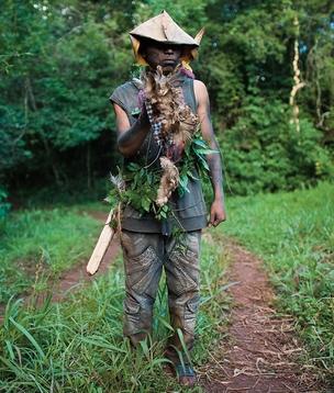 EM ALERTA Um índio faz guarda do acampamento Guaiviry, no município de Aral Moreira. Ele segura uma peça que era usada pelo cacique Nizio Gomes, desaparecido há 15 dias (Foto: Filipe Redondo )
