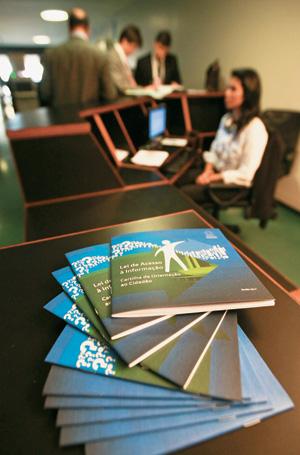 TRANSPARÊNCIA Os balcões da Lei de Acesso à Informação, em funcionamento na Câmara dos Deputados. A nova legislação ajudará a destacar o que há de bom e de ruim no Estado brasileiro (Foto: André Borges/Folhapress)