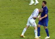 Na final, ele dá uma cabeçada em Materazzi e é expulso