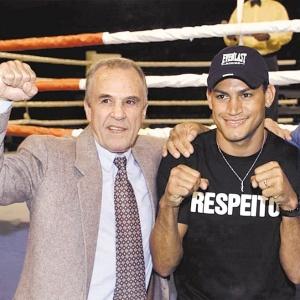 https://i0.wp.com/e.i.uol.com.br/esporte/lutas/boxe/2010/09/28/tres-dos-quatro-campeoes-mundiais-do-boxe-brasileiro-eder-jofre-popo-e-miguel-de-oliveira-posam-para-fotos-1285697475446_300x300.jpg