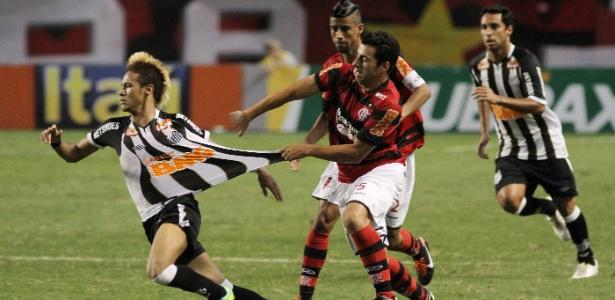 Camisa listrada do Santos, vestida por Neymar, é puxada em jogo pelo Brasileirão de 2011
