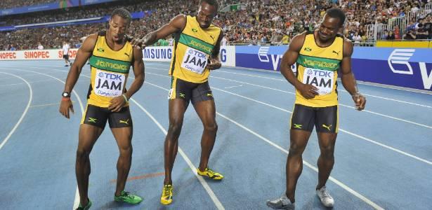 Bolt (centro) faz dança com Yohan Blake e Nesta Carter para comemorar a vitória