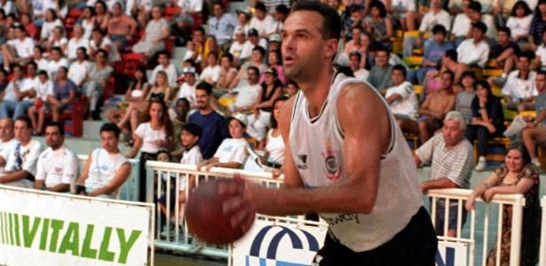 Oscar Schmidt, ex-jogador de basquete, em ação pelo Corinthians em 1995