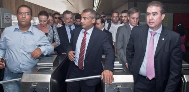 Romário chega de trem ao Itaquerão, junto com outros parlamentares
