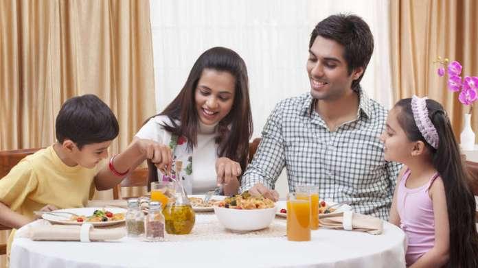 La hora de las comidas esuna oportunidad perfecta para dejar los aparatos tecnológicos y motivar la comunicación familiar.