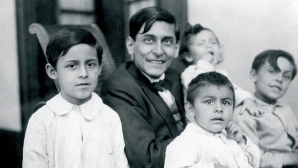 José Carlos Mariátegui con sus hijos, en los meses previos a su muerte