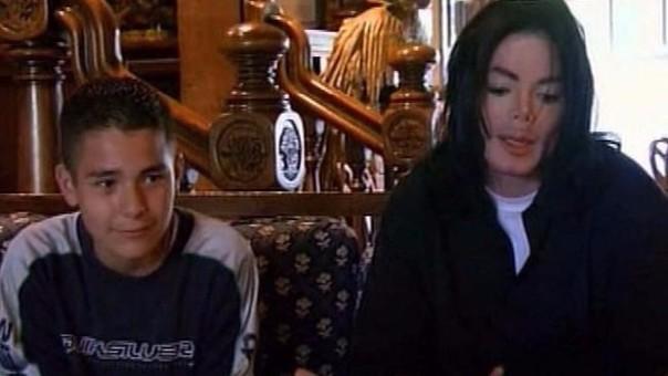 Michael Jackson con Gavin Arvizo, quien eventualmente lo acusaría de abusar de él. El artista fue declarado inocente por falta de pruebas