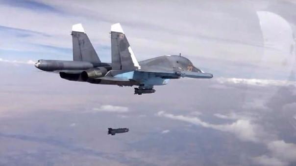 Un avión ruso deja caer un cohete en un área siria donde se refugian miembros del Estado Islámico.