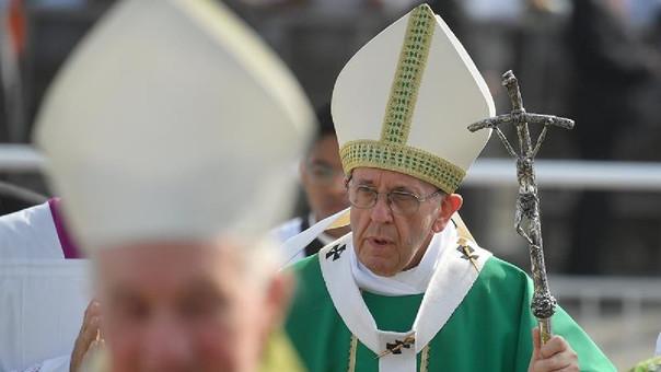 El papa Francisco en una misa multitudinaria en la base aérea de Las Palmas.