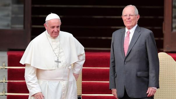 El presidente Pedro Pablo Kuczynski recibe al papa Francisco a su llegada al Palacio de Gobierno.